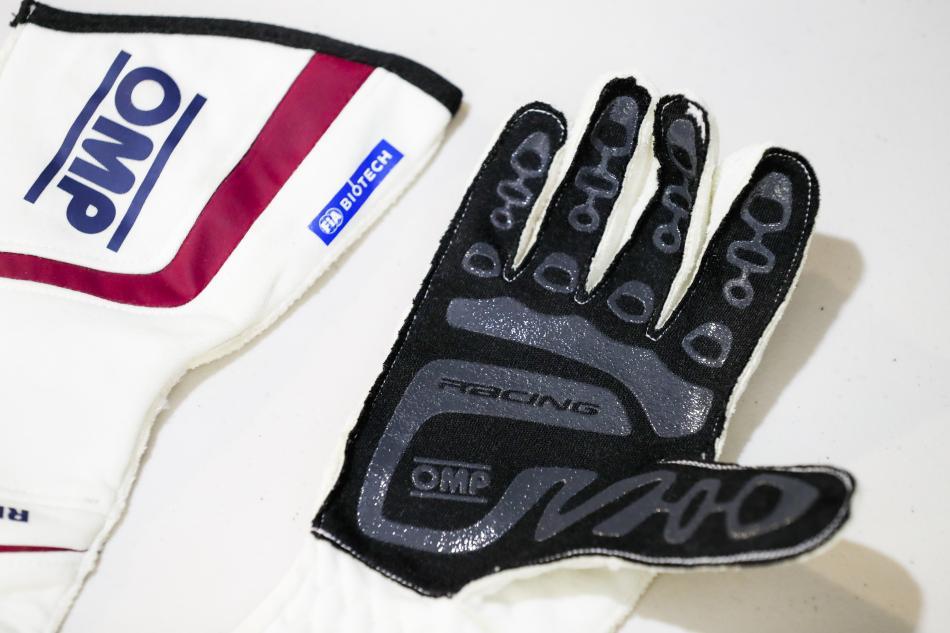 de nouveaux gants biom triques pour les pilotes de f1 2018 mode in textile. Black Bedroom Furniture Sets. Home Design Ideas