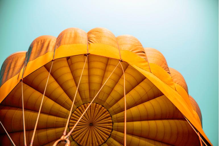 Layer et raeburn cr ent une collection de meubles partir de parachutes recycl s mode in textile - Madein meuble ...