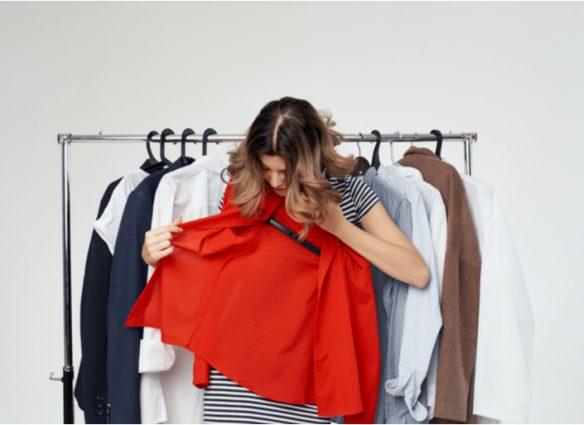 photo d'une femme triant ses vêtements