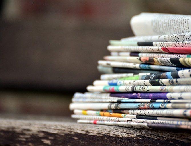 pile de journaux en papier