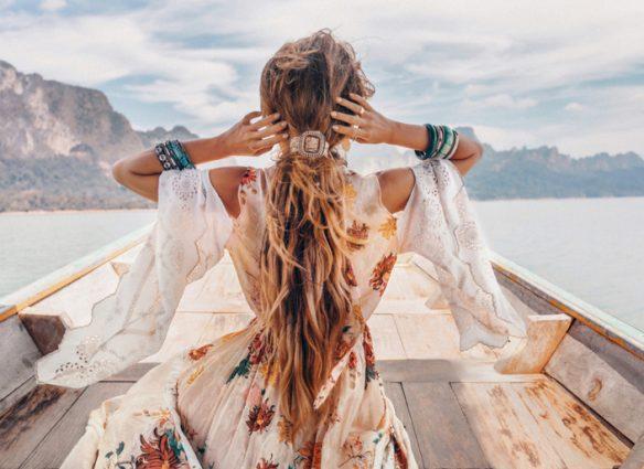 jeune fille mannequin sur un bateau