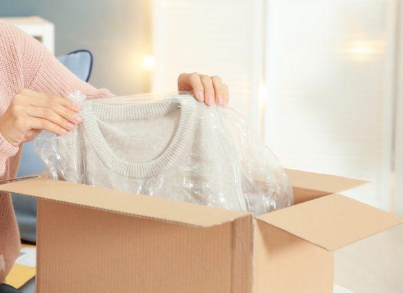 colis avec vêtement dans un sac plastique