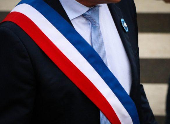 maire avec son echarpe tricolore