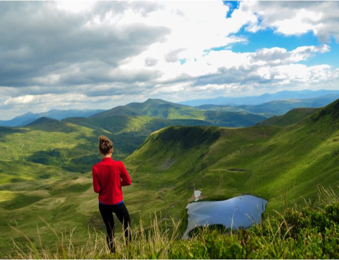 femme faisant de la randonnée en montagne