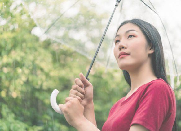 femme asiatique sous la pluie