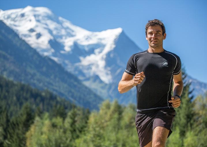 Homme qui court à la montagne avec un t-shirt Natural Peak